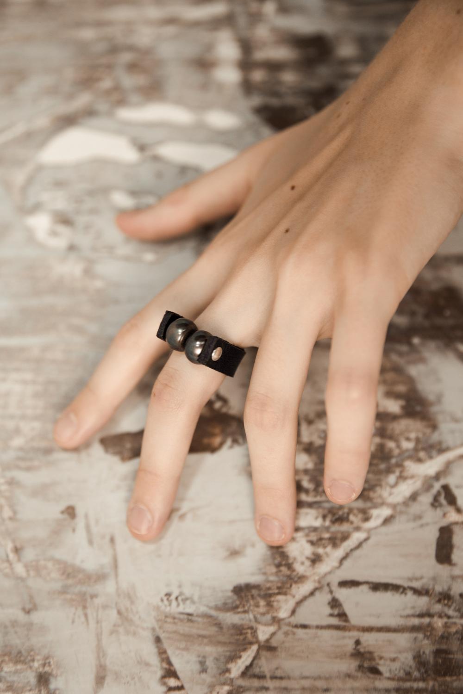 Кольцо из кожи и жемчуга